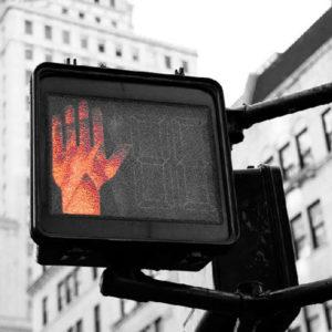 feu tricolore main rouge