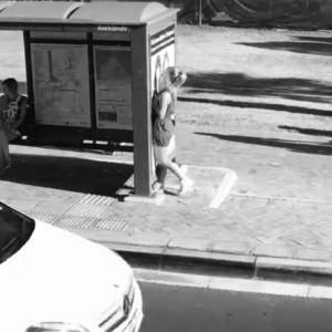 Personne qui envoie un SMS en marchant et tape contre un arrêt de bus